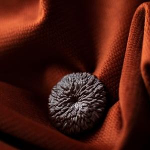 [Mbô et son moule Juju Hat] Découvrez notre moule Juju Hat, inspiré de la coiffe traditionnelle des Bamilékés, peuple de l'ouest du Cameroun. Porté lors de cérémonies et rites, le Juju Hat est signe de prospérité et transmis de génération en génération. Le designer Sylvain Samarut s'en est inspiré pour créer un joli moule aux formes de la coiffe traditionnelle qui met en avant la sublime couleur et la pure origine Cameroun de notre chocolat Mbô 71%. 😍 Découvrez toute l'histoire de cette nouvelle origine en Story à la une sur Instagram ou sur Youtube et rendez-vous sur notre site pour professionnels pour retrouver Mbô http://www.chocolat-weiss-professionnel.fr/  [Mbô and his Juju Hat mold] Discover our Juju Hat mold, inspired by the traditional headdress of the Bamilékés, a people from western Cameroon. Worn during ceremonies and rituals, the Juju Hat is a sign of prosperity and is passed down from generation to generation. Designer Sylvain Samarut was inspired to create a pretty mold in the shapes of the traditional headdress that highlights the beautiful color and pure Cameroon origin of our Mbô 71% chocolate. 😍 Discover the whole story of this new origin in our highlighted story Mbô 71% or on Youtube and visit our website for professionals to find Mbô http://www.chocolat-weiss-professionnel.fr/  Crédit photo : @mariondubanchet   #chocolatengage #chocolatiersengages #changetheworldwithchocolate #duchocolatpourunmondemeilleur #chocolate #weisschocolate #tasty #chocolatelovers #madeinfrance #chocolateaddict #camerounchocolate #traçabilité #circuitscourts