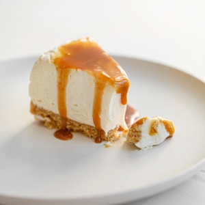 "Attention les desserts de printemps arrivent, et avec eux le rafraîchissant Cheesecake ! Un classique gourmand comme on les aime 😍 Cette recette de Cheesecake au chocolat blanc et nappage caramel est à tomber : une bonne dose de cream cheese, du chocolat blanc 34% Weiss et notre délicieux caramel à tartiner pour le nappage 😋 Cette recette est disponible sur les sachets de notre chocolat blanc 34% en format 250g et également sur notre site dans l'onglet ""recettes chocolatées"" : à vos Cheesecake ! 👩‍🍳👨‍🍳  Be careful the spring desserts arrive, and with them the refining Cheesecake! A classic as we like them 😍 This recipe of Cheesecake with white chocolate and caramel coating is amazing: a good dose of cream cheese, white chocolate 34% Weiss and our delicious caramel to spread for coating 😋 This recipe is available on the packagings of our white chocolate 34% in format 250g and also on our website www.chocolat-weiss.fr the dedicated tab ""chocolate recipes"" : to your cheesecakes! 👩‍🍳👨‍🍳  Crédit photo : @mariondubanchet   #chocolate #weisschocolate #tasty #gift #chocolatelovers #madeinfrance #chocolateaddict #recipe #recette #homemade #chocolatweiss #patisserie #homemadepastry #recipes #easyrecipe #recettesfaciles #cheesecake #whitechocolatecheesecake #cheesecakerecette #cheesecakerecipe #cheesecakechocolatblanc"