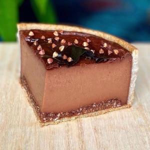 Quand notre communauté se surpasse et nous met l'eau à la bouche 🤤 avec de superbes créations chocolatées ! On commence avec le roi des flans toutes catégories confondues @juchamalo et son super flan choco sarrasin très original. Ensuite les sublimes tartelettes tonka et chocolat blanc à la noisette de @lespapillesdelouise_lmpp4 qui donnent envie de croquer dedans 😍 On continue avec le Peanuts, un gâteau chocolat cacahuètes divin, créé par @sylvain_sensual_pastry 🥜 Et les jolis petits sablés fourrés au chocolat de @delphine.patisse qui nous ramènent en enfance 🥰 On termine avec la très jolie tarte @stohrer  réalisée par @chanael_melloul tout chocolat, un régal !  When our community surpasses with superb chocolate creations! 🤤 We start with the king of flans all categories @juchamalo and his super flan choco sarrasin very original. Then the sublime tonka tarts and white chocolate with hazelnut by @lespapillesdelouise_lmpp4 that make you want to chew inside. 😍 We continue with Peanuts, a divine chocolate peanut cake, created by @sylvain_sensual_pastry. 🥜 And the pretty little biscuits filled with chocolate from @delphine.patisse that bring us back to childhood. 🥰 We finish with the pretty @stohrer pie made by @chanael_melloul all chocolate, a treat!  #chocolate #weisschocolate #tasty #gift #chocolatelovers #madeinfrance #chocolateaddict #recipe #recette #homemade #chocolatweiss #patisserie #homemadepastry #recipes #easyrecipe #recettesfaciles #weisscommunity #fondofchocolate #chocolatepastries #chocolatecake