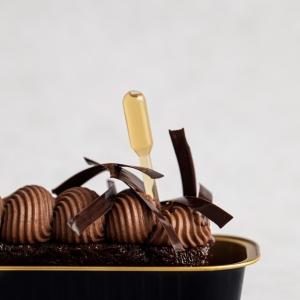 🇫🇷 Ces derniers temps chez Weiss nous nous sommes adaptés à cette nouvelle tendance de la vente à emporter. Nous avons développé un livret de différentes sublimes recettes de desserts à emporter pour tous nos clients professionnels de la restauration. 🧑🍳 Vous retrouverez dans ce livret des recettes traditionnelles revisitées avec des ingrédients de qualité et surtout, avec originalité. 😍 Par exemple ce sublime baba au chocolat au vieux rhum (à consommer avec modération 😋) surmonté de sa chantilly ultra gourmande avec notre chocolat noir Kacinkoa 85%. Le livret avec les recettes est disponible en PDF téléchargeable sur notre site professionnel www.chocolat-weiss-professionnel.fr  🇬🇧 Lately we have been adapting at Weiss to this new trend of the take-away market. We have developed a booklet of different sublime takeaway dessert recipes for all our professional catering customers. 🧑🍳 You will find in this booklet traditional recipes revisited with quality ingredients and above all, with originality. 😍 For example this sublime old rum chocolate baba (to be consumed in moderation 😋) topped with its ultra gourmet chantilly with our Kacinkoa 85% dark chocolate. The booklet with the recipes is available as a downloadable PDF on our professional website www.chocolat-weiss-professionnel.fr  Crédit photo : @mariondubanchet   #chocolate #weisschocolate #tasty #chocolatelovers #madeinfrance #chocolateaddict #chocolatweiss #chocolatnoir #darkchocolate #darkcocolatelovers #welovechocolate #chocolatfrançais #saintetienne #professionnalsrecipes #pastryprofessionnalsrecipes #recettesprofessionnelles #patisserieprofessionnelle #dessertsàemporter #babaaurhum