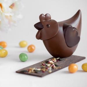 C'est le jour J, Pâques est enfin là ! Nous vous souhaitons à tous de joyeuses fêtes de Pâques, et nous espérons que vous vous régalerez de chocolats 😋 A cette occasion, on ne pouvait pas passer à côté de notre poule, 🐔 véritable  star de Pâques, qui a décoré nos vitrines cette année sur le thème des Fables de Jean de la Fontaine ! Réalisée par nos maîtres chocolatiers Jonathan, Marion et Anthony, du haut de ses 3.5kg de chocolats, elle a trôné fièrement dans nos vitrines. Mais aujourd'hui, tout est permis, on peut la dévorer ! 😋   It's the day, Easter is finally here ! We wish you all a happy Easter, and we hope that you will enjoy many chocolates. 😋 On this occasion we could'nt missour chocolate chicken 🐔 real Easter's star which decorated our storefronts this year with our Eatser theme : The Fables of Jean de La Fontaine ! Created by our Master chocolatier Jonathan, Marion and Anthony from the top of its 3.5kg of chocolate it proudly sits in the storefronts of our shops. But today everuthing is allowed, we can eat it ! 😋  Crédit photo : @mariondubanchet   #chocolate #weisschocolate #tasty #gift #chocolatelovers #madeinfrance #chocolateaddict #recipe #recette #homemade #easter #easteriscoming #pâques #paques2021 #chocolatweiss #happyeaster #joyeusepâques #entremetexotique #patisserieprofessionnelle