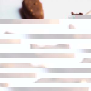 🇫🇷 Les esquimaux, n'est-ce pas un délicieux souvenir d'enfance ? Notre maître pâtissier et chocolatier @jonathanchauve vous présente sa délicieuse création : Esquimaux Galaxie Lait 41% et cacahuètes 🥜 Une crème glacée gourmande et un enrobage au chocolat au lait Galaxie 41% Weiss avec des cacahuètes caramélisées... A tomber ! 😍 Cette recette est un peu technique mais vous pouvez la retrouver dans le livret recettes de glaces professionnelles de @jonathanchauve sur notre site professionnel : www.chocolat-weiss-professionnel.fr  🇬🇧 Delicious ice cream, isn't that a great childhood memory? Our master pastry chef and chocolatier @jonathanchauve presents his delicious creation: milk chocolate Galaxie 41% and peanuts Eskimos pie 🥜 A delicious ice cream and coating with milk Galaxie chocolate 41% Weiss and caramelised peanuts... To die for ! 😍 This recipe is a bit technical but you can find it in @jonathanchauve's professional ice cream recipe booklet on our professionnal website: www.chocolat-weiss-professionnel.fr  Crédit photo : @mariondubanchet   #chocolate #weisschocolate #tasty #chocolatelovers #madeinfrance #chocolateaddict #chocolatweiss #chocolatnoir #darkchocolate #darkcocolatelovers #welovechocolate #chocolatfrançaise #saintetienne #icecream #icecreamlovers #icecreamrecipes #professionnalpastryrecipes #professionnalicecream #artisanlicecream #glaceartisanale #recettesprofessionnelles #recettepatisserieprofessionnelle #handmadeicecream #glacemaison #eskimospie #esquimaux #jonathanchauve