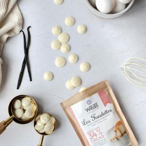 Les voici, nos fameuses fondettes chocolat blanc à pâtisser 34% aux notes chaudes et fleuries de vanille ! La star de notre recette précédente : le cheesecake au chocolat blanc 🍫 Ce chocolat blanc 34% fait partie des 5 nouvelles références de notre gamme à pâtisser 250g. Un format parfaitement adapté pour des recettes familiales de 4 à 6 personnes : de quoi régaler vos proches ! En plus nos fondettes pèsent 2g chacune ce qui les rend hyper facile à doser et leur forme les rend encore plus facile à faire fondre 😋 Elles sont disponibles en boutiques Weiss et sur notre site www.chocolat-weiss.fr  Here they are, our famous 34% white chocolate fondettes to bake  with warm and vanilla flowers notes! The star of our previous recipe: the white chocolate cheescake. 🍫 This 34% white chocolate is one of our 5 new references in our 250g baking range. A perfect format for family recipes from 4 to 6 people: something to treat your loved ones! In addition, our fondettes weighs 2g each, making them very easy to measure and melt. 😋 They are available in Weiss stores and on our website www.chocolat-weiss.fr.  Crédit photo : @mariondubanchet   #chocolate #weisschocolate #tasty #gift #chocolatelovers #madeinfrance #chocolateaddict #recipe #recette #homemade #chocolatweiss #patisserie #homemadepastry #recipes #easyrecipe #recettesfaciles #whitechocolate #pastrychocolate #chocolatapatisser #newin