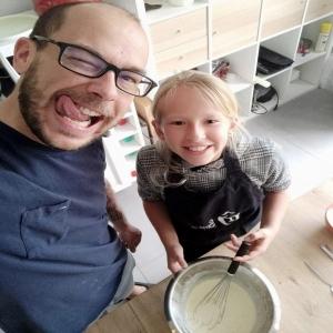 """🇫🇷 Le moment tant attendu est arrivé ! 🥁 Il y a quelques jours nous avons lancé un défi à @omongateau_clement_lmp6 à l'occasion de la fête des pères : réaliser une recette avec sa fille Mélissa. Et cette recette c'est vous qui l'avez choisie : les madeleines fourrées au chocolat Weiss 😍 Clément et Mélissa ont relevé le défi haut la main, et il est temps de découvrir le résultat ! Faites défiler pour découvrir ces jolies madeleines super gourmandes fourrées avec notre chocolat au lait de France Ceïba 42%, bio et équitable, et enrobées avec notre chocolat blond Oryola 30% à la noisette ! Retrouvez la recette dans l'onglet """"Recettes chocolatées"""" sur notre site www.chocolat-weiss.fr.  🇬🇧 The long awaited moment has arrived! 🥁 A few days ago we challenged @omongateau_clement_lmp6 to make a recipe with his daughter Mélissa for Father's Day. And this recipe was chosen by you: Weiss chocolate filled Madeleines 😍Clément and Mélissa took up the challenge with flying colours, and it's time to discover the result! Swipe to discover these pretty and delicious Madeleines filled with our Ceïba 42% milk chocolate bio and fairtrade and coated with our Oryola 30% hazelnut blond chocolate! You can find the recipe in the """"Chocolate recipes"""" tab on our website www.chocolat-weiss.fr.  #chocolate #weisschocolate #tasty #chocolatelovers #madeinfrance #chocolateaddict #chocolatweiss #madeleines #easyrecipes #recettesfaciles #fathersday #fetedesperes #omongateauchallenge #pereetfille #patisserieenfamille #familytime #familymoments #madeleineschocolat #chocolatemadeleine"""