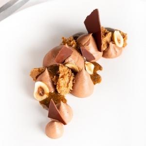 🇫🇷 Le chef @richardhawkepastry nous a concocté une délicieuse recette avec notre chocolat au lait Ceïba 42% dans son nouveau format d'1kg ! Ce superbe dessert à l'assiette est composé d'un biscuit noisette et d'un crémeux Ceïba lait 42% pour la gourmandise 😍 Un dessert simple et élégant qui met en avant le goût puissant et délicat à la fois de ce chocolat bio et équitable 😋 Retrouvez cette recette en scannant le QR code sur le sachet ou bien sur notre site b2b www.chocolat-weiss-professionnel.fr  🇬🇧 The chef @richardhawkepastry has concocted a delicious recipe with our  milk chocolate Ceïba 42% in its new 1kg format! This superb dessert is composed of a hazelnut biscuit and a Ceïba 42% milk cream for the sweetness 😍 A simple and elegant dessert that highlights the powerful and delicate at the same time, taste of this organic and fair trade chocolate 😋 Find this recipe by scanning the QR code on the bag or on our website b2b www.chocolat-weiss-professionnel.fr  Crédit photo @amandinehawke   #chocolate #weisschocolate #tasty #chocolatelovers #madeinfrance #chocolateaddict #chocolatweiss #welovechocolate #chocolatfrançais #saintetienne #bakingrange #chocolatsapatisser #patisseràlamaison #chocolatsapatisserweiss #foodista #patissermaison #pastryathome #pastrylovers #amateursdepatisserie #patissiersamateurs #welovepastry #welovechocolate #bakingrange #dessertalassiette #dessertchocolataulait #richardhawke #milkchocolatedessert #professionnalpastrychef #patisserieprofessionnelle