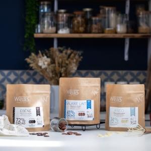 🇫🇷 Grande nouvelle, notre gamme de chocolat à pâtisser s'agrandit avec le lancement de ces tout nouveaux formats d'1kg 😍  Ces nouveaux sachets recyclables et 100% Made in France d'1kg sont un format parfait pour les amateurs de pâtisserie à la maison et les foodista confirmés 🍫 7 nouvelles références font leur entrée pour satisfaire toutes vos idées : 3 chocolats noirs du Ceïba 64% bio à l'Ebène 72% en passant par notre Li Chu 64% origine Vietnam. 2 chocolats au lait : Ceïba 42% bio et Galaxie lait 41%, un chocolat blanc Anëo 34% et enfin, un grué de cacao en format 800g ! Sur chaque sachet vous trouverez toutes les informations sur ces chocolats ainsi qu'un QR code à scanner pour découvrir de supers idées de recettes 🤩 Alors, lesquels vous inspirent déjà des recettes chocolatées ?  Cette nouvelle gamme est disponible dans nos boutiques Weiss et sur notre site www.chocolat-weiss.fr  🇬🇧 Great news, our chocolate baking range is growing with the launch of these brand new 1kg formats 😍 These new 1kg recyclable and 100% made in France bags are a perfect format for home pastry lovers and confirmed foodista 🍫 7 new references are coming to satisfy all your ideas: 3 dark chocolates from Ceïba 64% organic to Ebène 72% including our Li Chu 64% from Vietnam. 2 milk chocolates: Ceïba 42% organic and Galaxie milk 41%, a white chocolate Anëo 34% and finally, a 800g cocoa nib! On each bag you will find all the informations about these chocolates as well as a QR code to scan to discover great recipes ideas 🤩 So, which ones are already inspiring you with chocolate recipes?  This new range is available in our Weiss shops and on our website www.chocolat-weiss.fr  Crédit photo @mariondubanchet   #chocolate #weisschocolate #tasty #chocolatelovers #madeinfrance #chocolateaddict #chocolatweiss #welovechocolate #chocolatfrançais #saintetienne #bakingrange #chocolatsapatisser #patisseràlamaison #chocolatsapatisserweiss #gammeapatisser #chocolat1kg #foodista #patissermaison #pastryathome #p