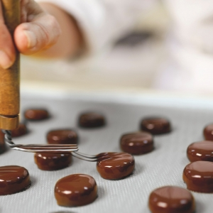 """🇫🇷 Êtes-vous prêt pour une bonne nouvelle ? Les visites de notre Chocolaterie et les animations à la boutique des Ateliers de Saint-Etienne ont repris ! Vous pouvez de nouveau venir découvrir notre univers chocolaté, notre savoir-faire artisanal et faire parler votre créativité ! 😍 Pour les visites guidées de la chocolaterie nous vous accueillons sur notre passerelle du mardi au vendredi à 13h ou à 14h pour découvrir les secrets de la Chocolaterie 🤫 Les animations """"Maître Chocolatier"""" sont ouvertes à partir de 7 ans le mercredi et le samedi à 14h ou à 16h. Vous prendrez place dans les ateliers du Maître Chocolatier  pour créer la tablette de vos rêves 🍫 Pour participer, réservez vos créneaux dans la rubrique """"visitez les Ateliers"""" sur notre site www.weiss.fr Le pass sanitaire et le masque sont obligatoires.  🇬🇧 Are you ready for some good news? Visits to our chocolate factory and events at the Ateliers de Saint-Etienne shop are back! You can come and discover our chocolate world, our artisanal know-how and let your creativity speak for itself again! 😍 For the guided tours of the chocolate factory we welcome you on our footbridge from Tuesday to Friday at 1pm or 2pm to discover the secrets of the Chocolate factory 🤫 The """"Maître Chocolatier"""" animations are open from 7 years old on Wednesday and Saturday at 2pm or 4pm. You will take place in the Master Chocolatier's workshops to create the bar of your dreams 🍫 To participate, book your slots in the """"visit Les Ateliers Weiss"""" section on our website www.weiss.fr The health pass and the mask are compulsory.  Crédit photo @mariondubanchet   #chocolate #weisschocolate #tasty #chocolatelovers #madeinfrance #chocolateaddict #chocolatweiss #welovechocolate #chocolatfrançais #saintetienne #chocolaterieweiss #chocolaterie #chocolatefactory #ateliersweisssaintetienne #animationschocolat #tablettedechocolatpersonnalisee"""