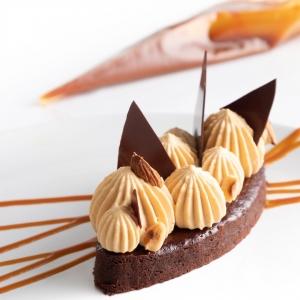 🇫🇷 Vous le savez, notre nouveau format 1kg adapté aux foodistas et fondus de pâtisserie est arrivé pour notre gamme à pâtisser ! Différentes références sont disponibles dont notre délicieux chocolat noir Ebène 72% issu d'une association de fèves d'Equateur qui apportent à ce chocolat puissant, rondeur et douceur. Pour le mettre en valeur, le chef @richardhawkepastry vous propose une superbe recette de brownie Ebène 72% avec une chantilly caramel et une sauce caramel 😍 Cette recette est disponible en scannant le QR code sur le sachet ! Qui s'y frotte ?   🇬🇧 As you know, our new 1kg format adapted to foodistas and pastry lovers has arrived for our pastry range! Different references are available, including our delicious dark chocolate Ebène 72% made from a combination of Ecuadorian beans that give this powerful chocolate roundness and softness. To highlight it, the chef @richardhawkepastry suggests a superb recipe for an Ebène 72% brownie with caramel whipped cream and caramel sauce 😍 This recipe is available by scanning the QR code on the bag! Who's rubbing it in?   Crédit photo : @amandinehawke   #chocolate #weisschocolate #tasty #chocolatelovers #madeinfrance #chocolateaddict #chocolatweiss #welovechocolate #chocolatfrançais #saintetienne #bakingrange #chocolatsapatisser #patisseràlamaison #chocolatsapatisserweiss #gammeapatisser #chocolat1kg #foodista #patissermaison #pastryathome #pastrylovers #amateursdepatisserie #patissiersamateurs #welovepastry #welovechocolate #bakingrange #brownirecipe #recettebrownie #browniecaramel #recettebrowniecaramel