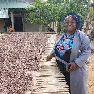 Mbô 71%, une histoire de rencontres 🍫  MBÔ est un chocolat bean to bar issu d'un partenariat entre Weiss et la coopérative de N'Kog Ekogo, labellisée Chocolatiers Engagés @chocolatiers.engages. Savez-vous comment tout a commencé ? 💭 C'est d'abord la rencontre d'Aristide Tchemtchoua, cacaocultrice à N'Kog Ekogo et de Christophe Bertrand, Directeur de la Reine Astrid et Vice-Président du Club des Chocolatiers Engagés. Convaincu par la signature gustative des fèves camerounaises, Christophe Bertrand décide alors de créer, avec Aristide Tchemtchoua, la coopérative de N'kog Ekogo, en 2017. ✨ C'est ensuite la rencontre avec la Chocolaterie Weiss, qui a un véritable coup de coeur pour cette belle histoire et pour ce cacao au goût très caractéristique. Ainsi débute la co-création de Mbô, le cacao fin des forêts tropicales de Lékié… 🍫 Découvrez toute l'histoire de cette jolie rencontre dans notre vidéo IGTV ou en story à la une et rendez-vous sur notre site pour professionnels pour retrouver Mbô http://www.chocolat-weiss-professionnel.fr/  MBÔ is a bean-to-bar chocolate resulting from a partnership between Weiss and the N'Kog Ekogo cooperative, which has been awarded the Chocolatiers Engagés label @chocolatiers.engages. Do you know how it all started? 💭 It all started with the meeting of Aristide Tchemtchoua, cocoa farmer in N'Kog Ekogo, and Christophe Bertrand, Director of Reine Astrid and Vice-President of the Club des Chocolatiers Engagés. Convinced by the signature taste of Cameroonian beans, Christophe Bertrand decided to create, with Aristide Tchemtchoua, the N'kog Ekogo cooperative in 2017. ✨ He then met the Weiss Chocolaterie, who fell in love with this beautiful story and the cocoa that has such a characteristic taste. This is how the co-creation of Mbô, the fine cocoa from the tropical forests of Lékié, began... 🍫  Discover the whole story of this co-creation on Youtube or in our highlighted stories and visit our professional website to find Mbô http://www.chocolat