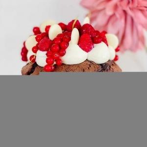 """🇫🇷 A l'occasion de la sortie de notre nouvelle gamme à pâtisser en format 1kg nous avions envie de lancer un défi un peu spécial à @chouquette2904 ... Nous lui avons demandé de réaliser un gâteau d'1kg pour fêter ça 😍😱 Et bien sûr, @chouquette2904 a relevé le défi haut la main avec ce sublime Molly Cake au chocolat qui pèse 1,2kg ! Et oui, 1,2kg de gourmandise avec un gâteau au chocolat réalisé avec notre poudre de cacao Weiss, une ganache au chocolat noir Ceïba 64% bio, une ganache montée au chocolat blanc Anëo 34%, une gelée de groseille maison et de belles framboises et groseilles pour le pep's du gâteau !  Encore merci et bravo à @chouquette2904 pour avoir accepté et relevé ce défi, on est fan 😍 D'ailleurs, une surprise vous attend bientôt sur son profil 🤫 Retrouvez cette recette dans l'onglet """"Recettes Chocolatées"""" sur notre site www.chocolat-weiss.fr  🇬🇧 To celebrate the release of our new 1kg baking range we wanted to give @chouquette2904 a special challenge... We asked her to make a 1kg cake 😍😱 And of course, @chouquette2904 took up the challenge with success with this sublime chocolate Molly Cake that weighs 1.2kg! And yes, 1.2kg of chocolate with a chocolate cake made with our Weiss cocoa powder, a dark chocolate Ceïba 64% organic ganache, a white chocolate Anëo 34% ganache, homemade redcurrant jelly and beautiful raspberries and redcurrants for the cake's pep!  Thanks again and congratulations to @chouquette2904 for accepting and taking up this challenge, we're in love 😍 By the way, a surprise is waiting for you soon on her profile 🤫 Find this recipe in the """"Chocolate recipes"""" tab on our website www.chocolat-weiss.fr  #chocolate #weisschocolate #tasty #chocolatelovers #madeinfrance #chocolateaddict #chocolatweiss #welovechocolate #chocolatfrançais #saintetienne #bakingrange #chocolatsapatisser #patisseràlamaison #chocolatsapatisserweiss #gammeapatisser #chocolat1kg #foodista #patissermaison #pastryathome #pastrylovers #amateursdepatisserie #patissiersamat"""
