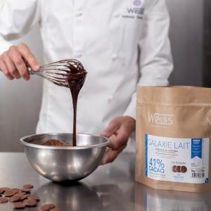 """🇫🇷 Voici l'un de nos favoris dans son nouveau format 1kg : le chocolat au lait Galaxie 41% ! Ce chocolat crémeux au goût cacaoté marqué sera parfait pour réaliser vos desserts préférés 😋  En fondettes, il est très pratique à faire fondre pour réaliser diverses préparations gourmandes. Sur chacun des sachets de cette gamme à pâtisser 1kg vous retrouverez des informations sur votre chocolat : valeurs nutritionnelles, courbes de tempérage et même de délicieuses recettes en scannant le QR code 🤩 Vous pouvez le retrouver dans nos boutiques Weiss ou sur notre site web www.chocolat-weiss.fr  🇬🇧 Here is one of our favourites in its new 1kg format: milk chocolate Galaxie 41% ! This creamy chocolate with a marked cocoa taste will be perfect for making your favourite desserts 😋 In """"Fondettes"""", it is very practical to melt to make various delicious preparations. On each bag of this 1kg baking range you will find informations about your chocolate: nutritional values, temperament curves and even delicious recipes by scanning the QR code 🤩 You can find it in our Weiss shops or on our website www.chocolat-weiss.fr  Crédit photo @mariondubanchet   #chocolate #weisschocolate #tasty #chocolatelovers #madeinfrance #chocolateaddict #chocolatweiss #welovechocolate #chocolatfrançais #saintetienne #bakingrange #chocolatsapatisser #patisseràlamaison #chocolatsapatisserweiss #gammeapatisser #chocolat1kg #foodista #patissermaison #pastryathome #pastrylovers #amateursdepatisserie #patissiersamateurs #welovepastry #welovechocolate #bakingrange"""