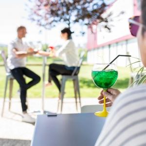 🇫🇷 Ça y est, c'est l'été, la fête de la musique et notre terrasse de la boutique des Ateliers Weiss à Saint-Étienne qui est ouverte ! Elle est prête à vous accueillir pour déguster une boisson rafraîchissante et une bonne glace fournie par @lafabriquegivree à l'ombre et au frais 🥰 La terrasse est ouverte du lundi au samedi, de 9h à 19h, nous avons hâte de vous retrouver et de vous voir partager de bons moments chez nous !  🇬🇧 Summer is finally here, the music festival and our terrace which is now open at the Ateliers Weiss store in Saint-Etienne! We are ready to welcome you to enjoy a refreshing drink and a good ice cream provided by @lafabriquegivree in the shade and cool 🥰 The terrace is open from Monday to Saturday, from 9am to 7pm, we look forward to seeing you and having you share good moments with us!  Crédit photo : @mariondubanchet   #chocolate #weisschocolate #tasty #chocolatelovers #madeinfrance #chocolateaddict #chocolatweiss #chocolatnoir #darkchocolate #darkcocolatelovers #welovechocolate #chocolatfrançaise #saintetienne #weisssaintetienne #terrasse #lesateliersweiss #summer #glace #icecream
